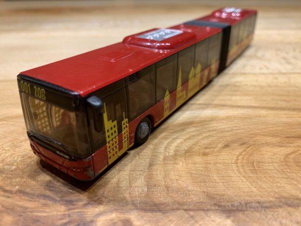 Roter Modell-Gelenkbus als Symbolbild