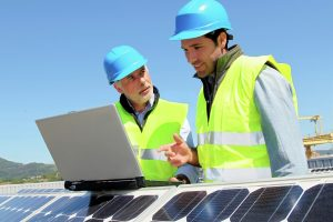 Solartechniker arbeiten an Solarmodulen