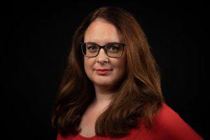 Lisa Gnadl, Portrait vor dunklem Hintergrund