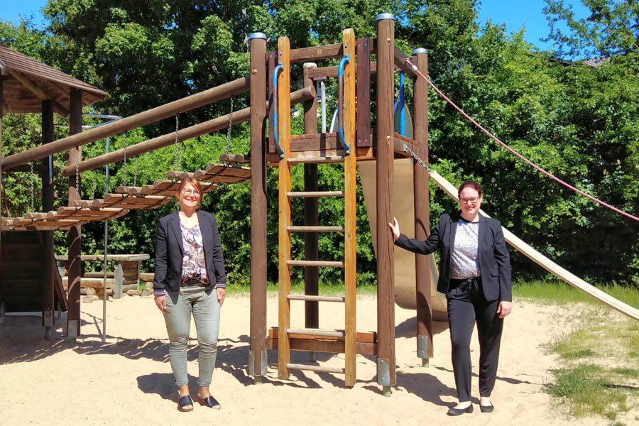Die Wetterauer Landtagsabgeordnete Lisa Gnadl und die Ranstädter Bürgermeisterin Cäcilia Reichert-Dietzel (beide SPD) auf einem Spielplatz neben einen Klettergerüst