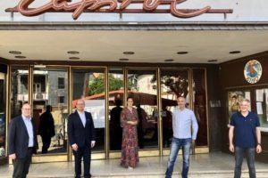 Auf dem Bild (von links): Bürgermeister Michael Merle, Rouven Kötter, Lena Herget-Umsonst im Gespräch mit Ralf Bartel und Michael Krause stehen mit Corona Abstand vor den Kino Capitol